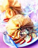 Aumonière (Crepes-Säckchen) mit Camembert, Kaldaunenwurst und Apfel