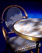 Französische Café-Möbel: runder Marmortisch mit Stuhl