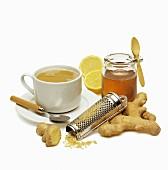Zutaten für Ingwer-Tee mit Ingwerknolle, Zitrone und Honig