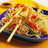 Chinese noodles with prawns and vegetables