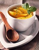 Pfirsichsuppe mit frischer Minze