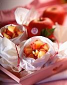 Karamellisierte Apfelstückchen mit Pinienkernen, im Pergamentpapier gegart