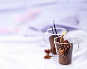 Kaffeepulver, Kaffeebohnen, Sternanis, Vanilleschote zum Aromatisieren von Kaffee in Gläsern