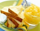 Kuchenstücke mit Fruchtwürfel