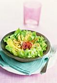 Lila Artischockenherz auf Salat, Safran-Joghurtsauce mit Limette