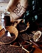 Kaffeestillleben: Jutesack, Kaffeebohnen und Kaffeepulver