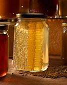 Honig mit Wabe im Glas