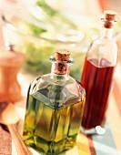 Öl, Essig, Salz und grüner Blattsalat