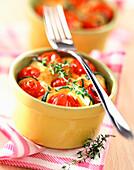 Auflauf mit Zucchini und Tomaten in kleinen Backförmchen