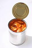 Geöffnete Dose mit Ravioli in Tomatensauce