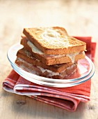 Croque-Monsieur (Überbackenes Schinken-Käse-Sandwich)