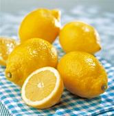 Zitronen auf türkis-kariertem Küchentuch