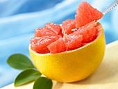 Fruchtfleisch-Segmente aus einer halben Grapefruit schneiden