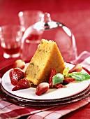 Baba-Küchlein mit Basilikum und Erdbeeren
