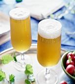 Zwei Gläser mit Bier