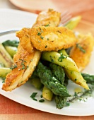 Crunchy chicken wings with asparagus