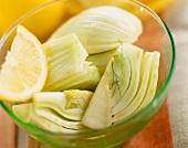 Fenchelstücke mit Zitrone in Glasschale