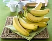 Bananen auf grüner Serviette