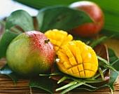 Ganze aufgeschnittene Mango