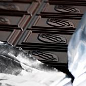 Tafel dunkle Schokolade auf Folie