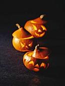 Geschnitzte Kürbislaternen zu Halloween