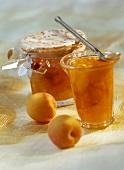 Aprikosenmarmelade in zwei Gläsern