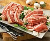 Rohes Schweinefleisch mit Gemüse auf Platte