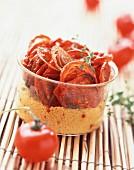 Getrocknete Tomaten auf Weizengriess, im Glas serviert