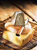 Drei verschiedene Käsesorten auf einer Bambusmatte
