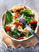 Farfelle pasta, spinach and spicy oil salad