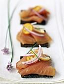 Canapé mit Lachs und Zitrusfrüchten
