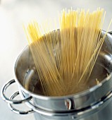 Cooking spaghettis in a stewpot
