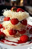 Knuspriges Schichttörtchen mit Kadayif-Engelshaar, Erdbeeren und Mascarponecreme