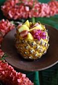 Obstsalat in ausgehöhlter Ananas