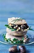 Bretonischer Hamburger mit Artischockenböden, Strandschnecken und Schnittlauch
