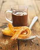 Churros (frittiertes Brandteiggebäck, Spanien) mit heißer Schokolade