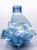 Zusammengedrückte Wasserflasche aus Plastik