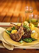 Lammkoteletts mit Mais und Erbsen