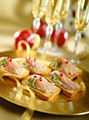 Canapés with Roquefort and pear cream and salmon