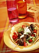 Beef skewers with Bérnaise sauce on pita bread