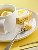 Tee mit Zitrone und Stück Zitronenkuchen