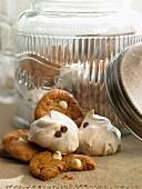Cookies und Baisergebäck mit Schokotropfen