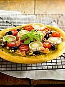 Pizza mit Pesto, Ziegenkäse und Rohschinken