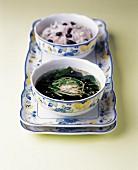 Kalte Gurkensuppe mit Algen und Schälchen Reis mit roten Bohnen