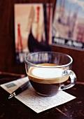 Glas Espresso, Postkarte und Stift