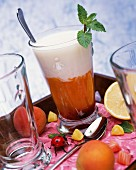 Cocktail mit Granatapfel und Aprikose