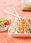 Dreierlei Fleisch und Fisch aus dem Wok
