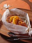 Lachs mit Orangenhonig, Chicoree-Schmorgemüse und Ingwer auf Pergamentpapier