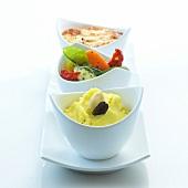 Kartoffelpüree, Gemüse und Soufflé in Schälchen