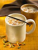Heisses Getränk mit Mandeln und Datteln